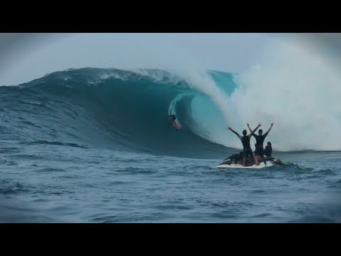 Paddle in Big Wave Surf Competition – Red Bull JAWS